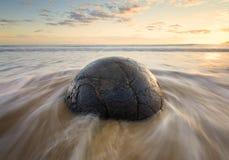 Roca sedimentaria en la playa, cantos rodados de Moeraki Imagen de archivo libre de regalías