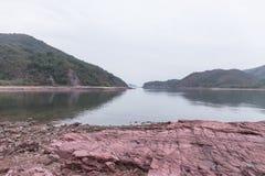Roca sedimentaria roja. Hung Shek Mun, Hong Kong Imagenes de archivo