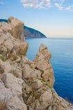 Roca sobre el mar, la tarde Imagenes de archivo