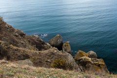 Roca sobre la agua de mar Imagen de archivo