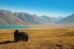 Roca solitaria en el lago Tekapo Imagen de archivo libre de regalías