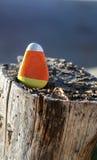 Roca triangular pintada para parecer las pastillas de caramelo Imagen de archivo