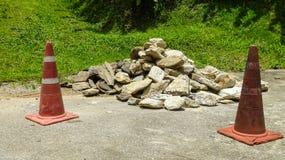Roca vieja de la pila de la advertencia del cono del tráfico en la acera Fotografía de archivo libre de regalías