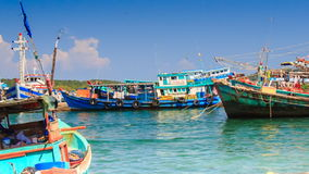 Roca vietnamita de los barcos de pesca en Azure Waves en bahía metrajes