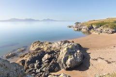 Roca volcánica y playa Foto de archivo libre de regalías