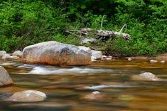 Roca y agua rápida en un río de New Hampshire Foto de archivo libre de regalías