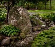 Roca y camino en jardín japonés Fotografía de archivo
