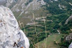 Roca y camino foto de archivo