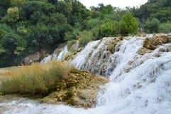 Roca y cascada del parque de Krka en Croacia Foto de archivo