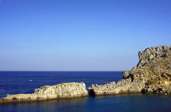 Roca y la bahía en el mar Mediterráneo Imagen de archivo libre de regalías
