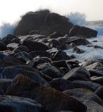 Roca y marea Imagenes de archivo