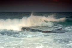 Roca y ondas en el mar imagen de archivo