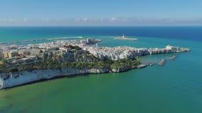 Roca y playa blancas Polignano casas blancas y castillo de Mare Apulia City Sea Coastline en vuelo del abejón de Italia metrajes