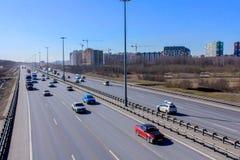 Rocade et l'écoulement des voitures La vue ? partir du dessus Jour de source ensoleill? image libre de droits