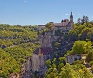 Rocamadour die zich aan een klippenkant vastklampt. royalty-vrije stock foto