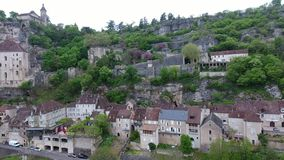Rocamadour-Talansichten: Dorf auf Abhang, Schloss auf die Oberseite stock video footage