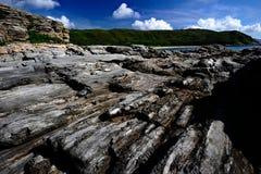 Rocas ígneas en playa Fotos de archivo libres de regalías