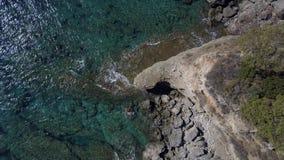 Rocas aéreas del chapoteo de las ondas de la cantidad del abejón Seguimiento del tiro de estrellarse de las ondas de marea Como l almacen de metraje de vídeo