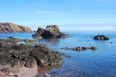 Rocas, acantilados y mar en St. Abbs fotos de archivo libres de regalías