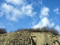 Rocas acodadas en las cuestas del camino militar georgiano imagen de archivo libre de regalías