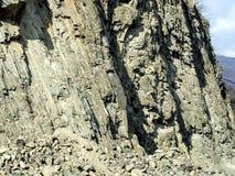 Rocas acodadas en las cuestas del camino militar georgiano fotos de archivo