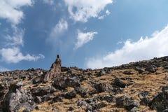 rocas agudas Alto-montañosas contra el cielo azul y las nubes blancas caucasus imagen de archivo