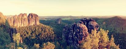 Rocas agudas de Schramsteine y de Falkenstein en la visión panorámica Rocas en el parque de las montañas de la piedra arenisca de Foto de archivo