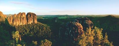 Rocas agudas de Schramsteine y de Falkenstein en la visión panorámica Rocas en el parque de las montañas de la piedra arenisca de Fotos de archivo