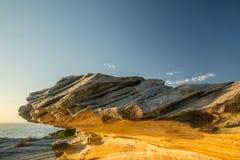 Rocas anaranjadas en la salida del sol Fotos de archivo libres de regalías