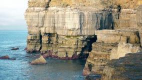 Rocas antiguas por el mar almacen de video