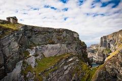 Rocas bajo el cielo dramático, pista de Mizen, Irlanda Fotos de archivo