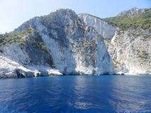 Rocas blancas a lo largo del coste imagen de archivo