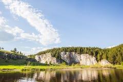 Rocas, bosque y cielo claro Imagen de archivo libre de regalías