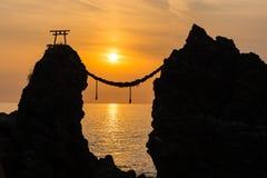 Rocas casadas AIT de la pareja de Meoto del cabo Nomo Foto de archivo