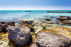 Rocas cerca de la orilla en la playa de Elafonisi crete Grecia fotos de archivo