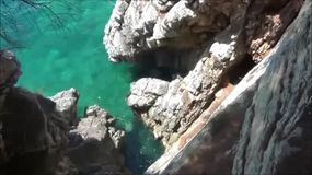 Rocas cerca de Sveti Stefan, Montenegro almacen de metraje de vídeo