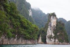 Rocas Cheow Lan Lake imagen de archivo
