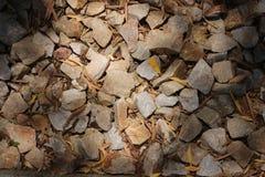 Rocas chispeantes geométricas en sol del verano imagenes de archivo