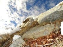 Rocas, cielo azul, nieve Imágenes de archivo libres de regalías