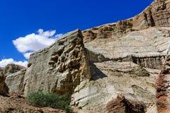 Rocas coloridas en el fondo del cielo azul con las nubes Foto de archivo libre de regalías