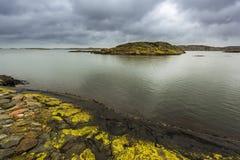 Rocas coloridas en un día nublado Imagen de archivo