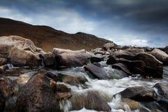 Rocas con la agua corriente Imagen de archivo libre de regalías