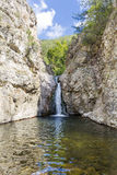Rocas con la cascada en la montaña de Rhodope Fotografía de archivo libre de regalías