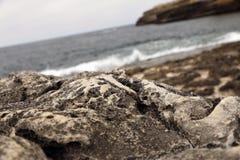 Rocas con paisaje del mar y de la montaña imagenes de archivo
