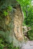 Rocas con una cruz descompuesta ellos en las puertas del monasterio en la cueva en las colinas cárpatas Rozhirche Fotografía de archivo