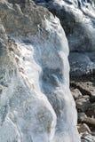Rocas congeladas con hielo en el lago del invierno Imagenes de archivo