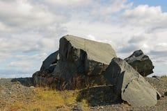 Rocas contra el cielo azul Imágenes de archivo libres de regalías