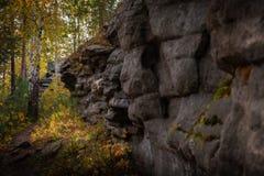 Rocas contra el cielo azul y el bosque imagen de archivo libre de regalías