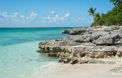 Rocas coralinas en la playa de la isla Imagen de archivo