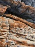 Rocas costeras coloridas erosionadas fotos de archivo